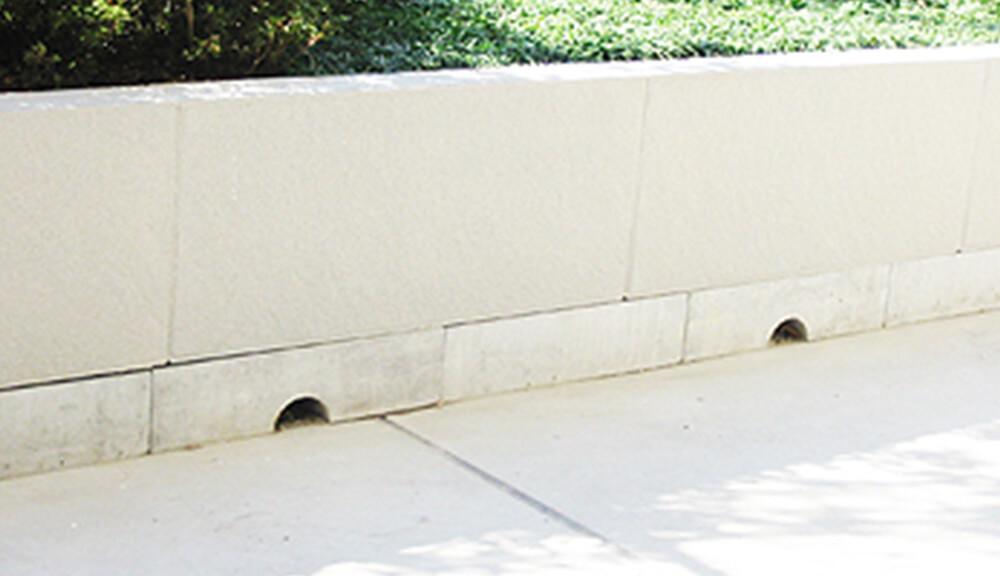 パネル下の巾木部分に排水口を設けた例 1